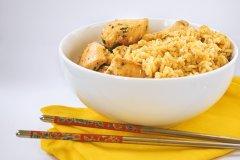 برنج سرخ شده و تخم مرغ همراه مرغ سیر